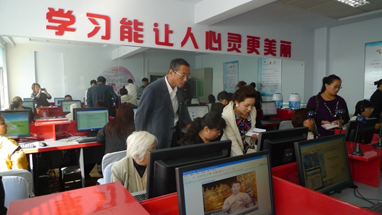 百姓在社区数字化学习中心学习,体验着数字化学习的乐趣.jpg