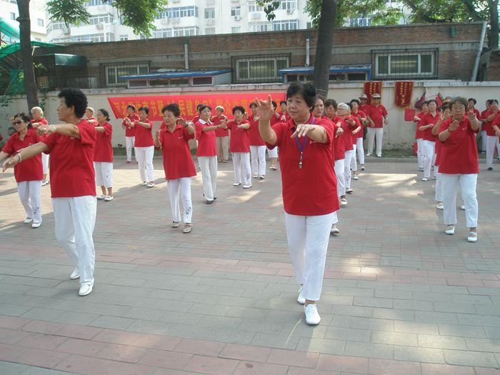 教银光艺术团学员跳舞(杨喜萍—前排右一)_副本.jpg